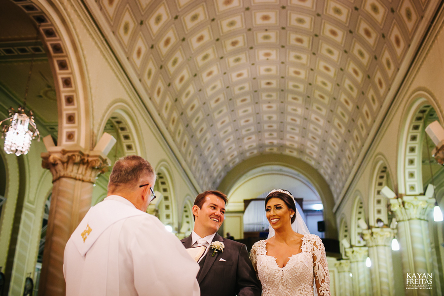 noivos se casando na igreja